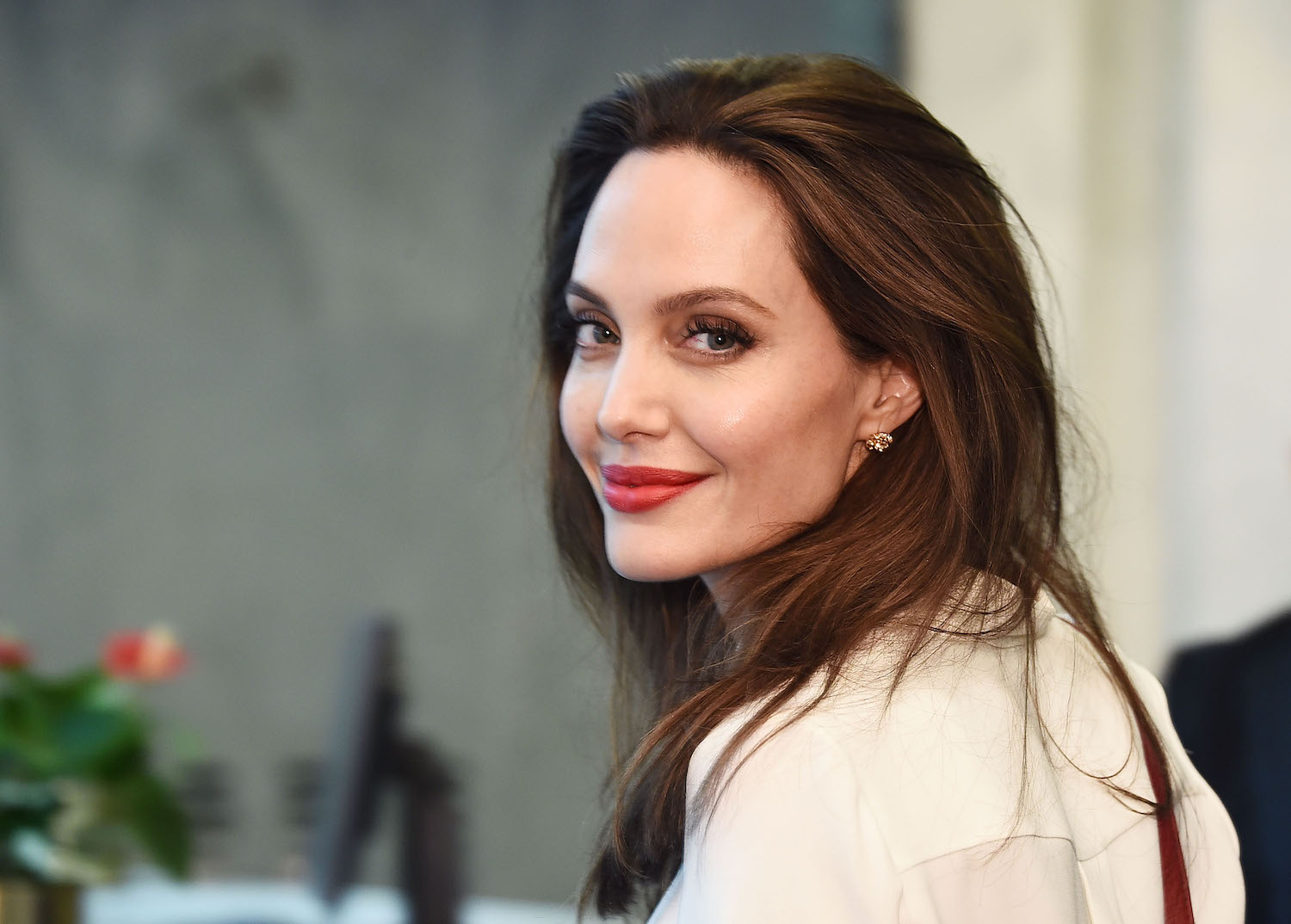 Angelina Jolie S Dermatologist Reveals Her Skincare Routine Marie Claire Australia
