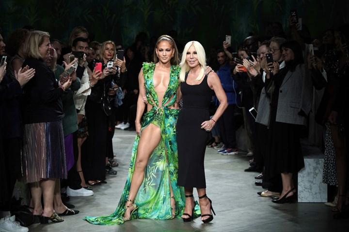 Jennifer Lopez Just Walked The Versace Runway In Her Iconic Green Grammys Dress 19 Years Later